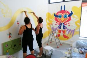 Géraldine et Véronique les directrice et co-directrice mettent la main au pinceau pour prolonger la fresque !!